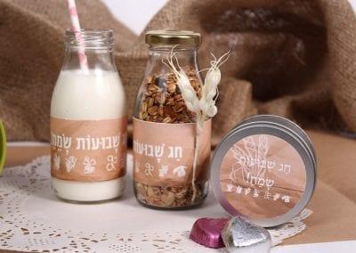 בקבוקי חלב ממותגים לשבועות